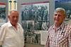 Die Halbgeschwister Hans Lind und Hans Mathis. Auf dem Bild der Feuerwehrausstellung im Hintergrund haben sie ihren Vater als Feuerwehrmann ausgemacht