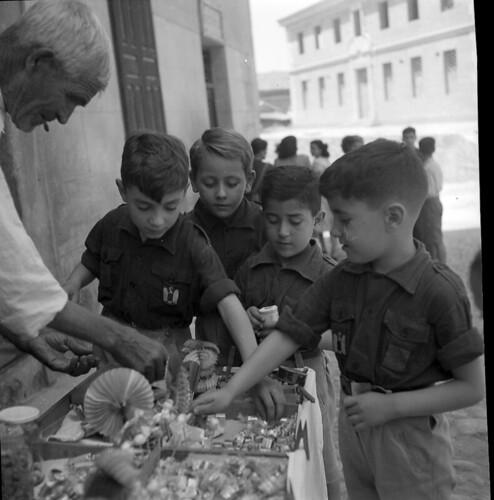 Niños compran chucherías. Plaza de la Merced de Toledo en los años 50. Fotografía de Nicolás Muller  © Archivo Regional de la Comunidad de Madrid, fondo fotográfico