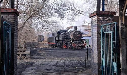 baiyin baiyinnonferrousmetalscompany railway railroad rail china asia gansu sy 282 steam train engine locomotive shed mpd depot gassteam trains railways industrial industry 1583 november 2014