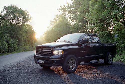 believeinfilm filmsnotdead ishootfilm dodge ram ram1500 1500 pickup truck offroad field feld country sun sunrise v8 hemi american germany uscar