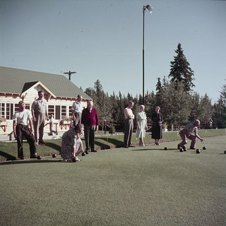 Nine people lawn bowling at Riding Mountain National Park, Manitoba / Neuf personnes jouant au boulingrin au parc national du Mont-Riding (Manitoba)