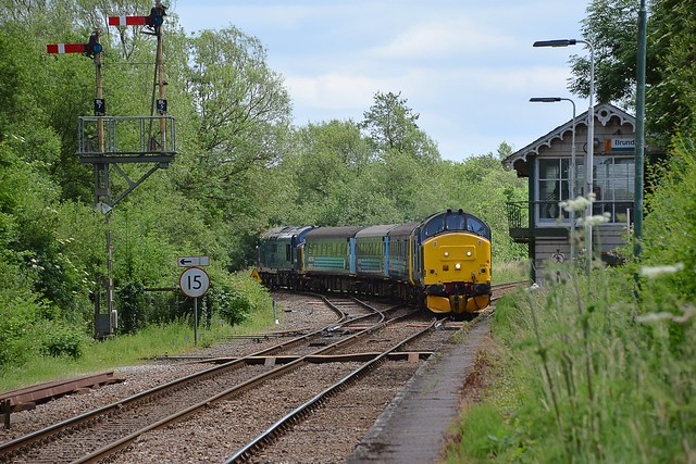 37419 top n tail with 37422 approaching Brundall with the 13.17 service from Great Yarmouth to Norwich, via Acle. 05 06 2017