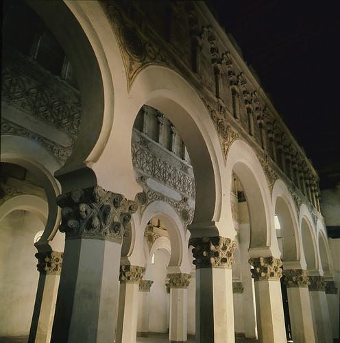 Santa María la Blanca (sinagoga) en los años 50. Fotografía de Nicolás Muller  © Archivo Regional de la Comunidad de Madrid, fondo fotográfico