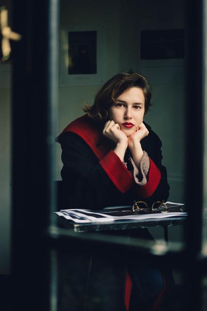 Vera, a través del cristal. Última clase de otra edición del taller de retratos e iluminación en el CC Matienzo.