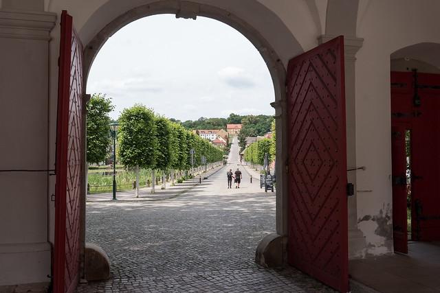 Kloster Neuzelle: Blick aus dem Torhaus der Klosteranlage - Looking through the portal of the Neuzelle Monastery complex