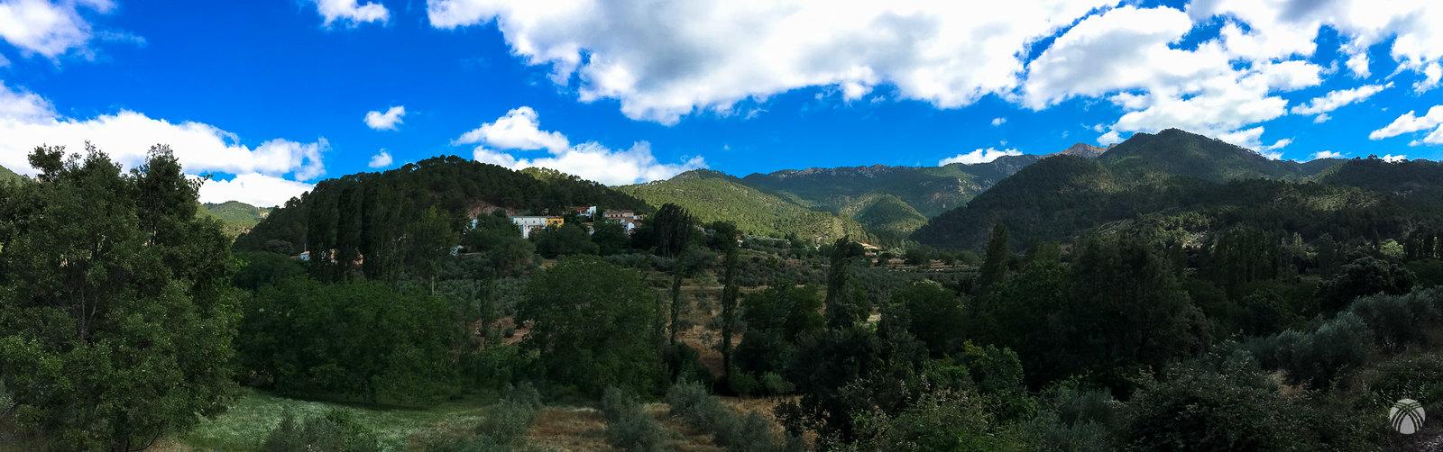 La aldea del Bellotar enmarcada por la Sarga y sus estribaciones