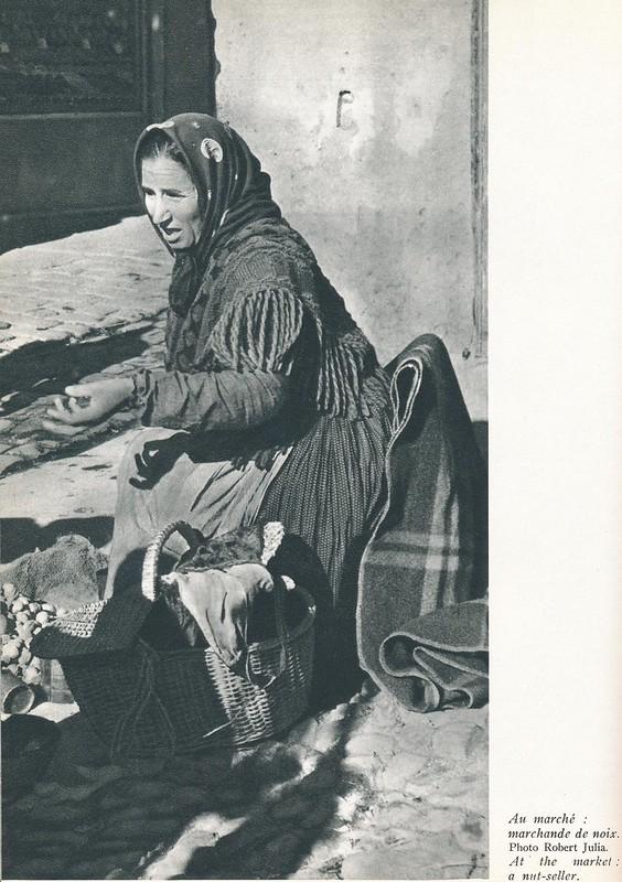 Bargueña vendiendo nueces en la plaza Mayor. Libro de Víctor Crastre. Foto de Robert Julia