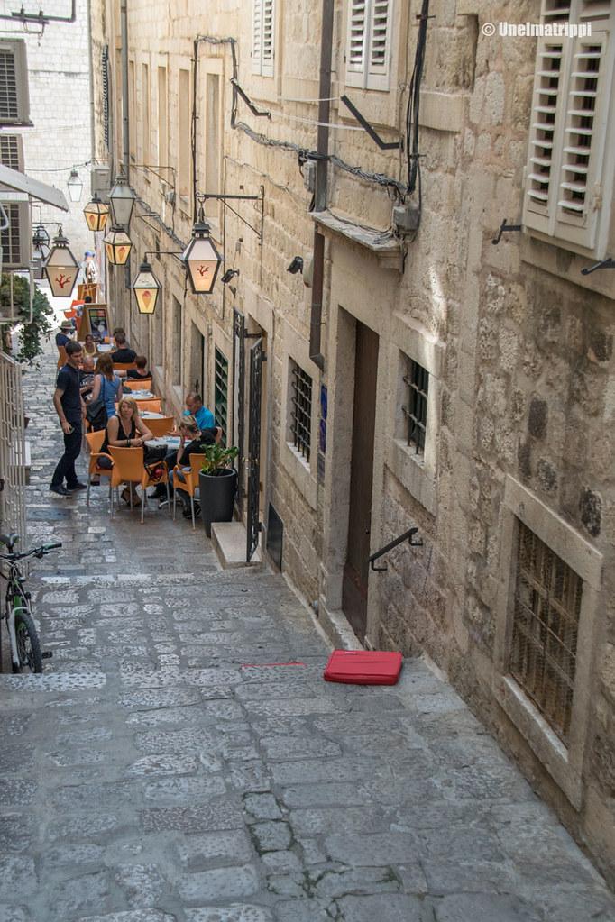 Kapea katu ja terassi Dubrovnikissa