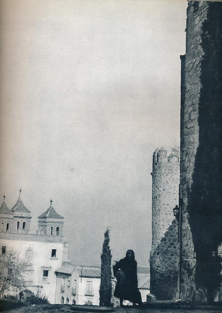 Un anciana cerca de la Puerta del Cambrón de Toledo hacia 1967 por Marc Flament.