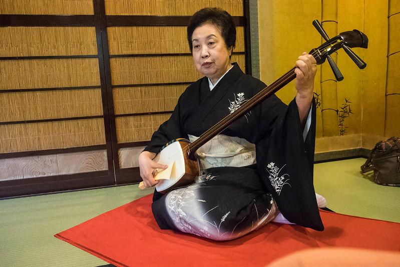 Geigi en el restaurante Ikinariya de Niigata