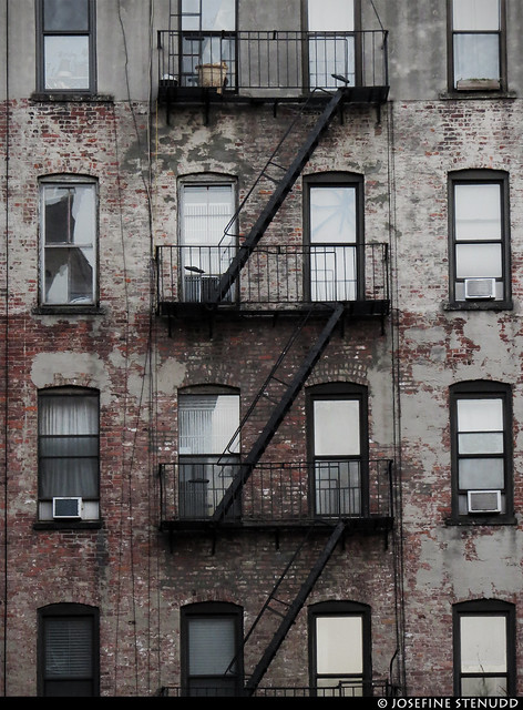 20161225_08 Grey building with black fire escape | Chelsea, New York City, USA
