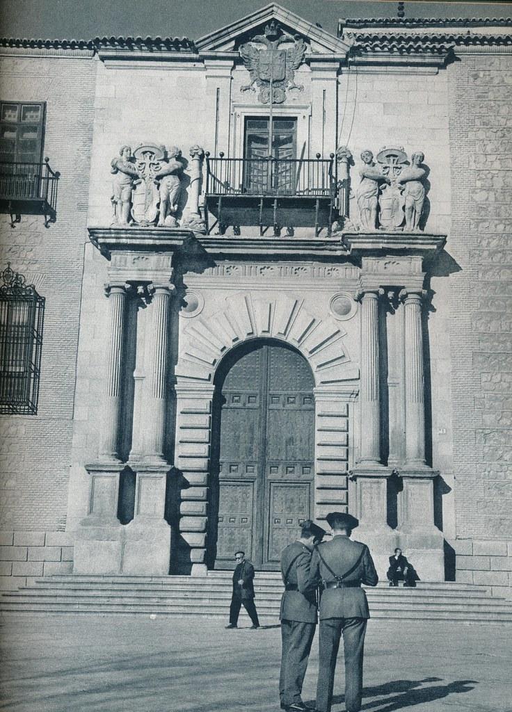 Guardias Civiles en la plaza del Ayuntamiento de Toledo hacia 1967 por Marc Flament.