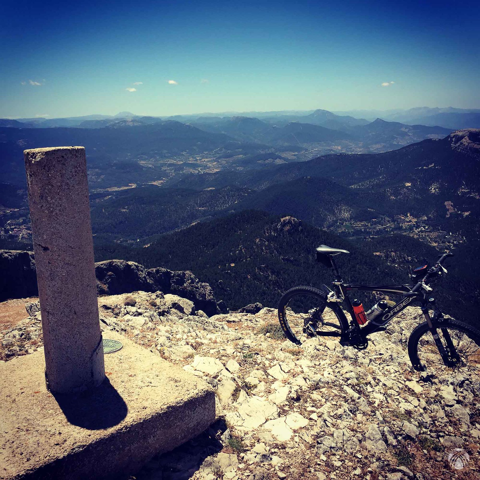 Cumbre de la Sarga con vistas hacia el suroeste
