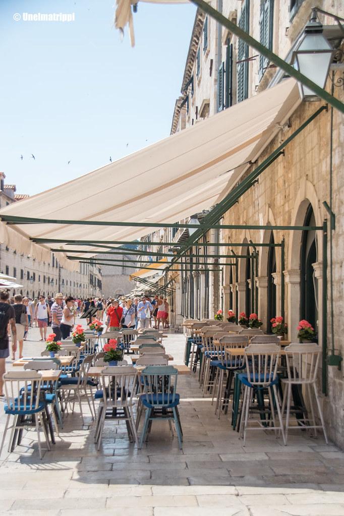 Ravintolan terassi Dubrovnikin pääkadulla