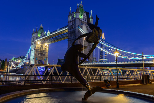girl tower bridge shard water fountain dolphin flares sunstar bluehour davidwynne thegirlwiththedolphin
