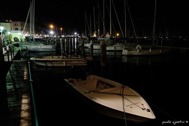 tra le barche