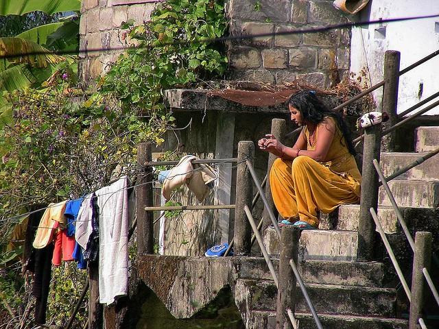 NEPAL, In Pokhara, Mädchen in Gelb, 16140/8433