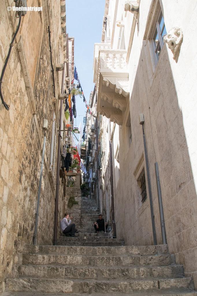Kapea ylös nouseva portaikko talojen välissä Dubrovnikissa