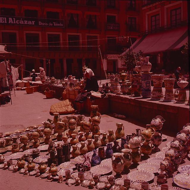 Mercado del Martes en Zocodover (puesto de cerámica), años 50. Fotografía de Nicolás Muller  © Archivo Regional de la Comunidad de Madrid, fondo fotográfico