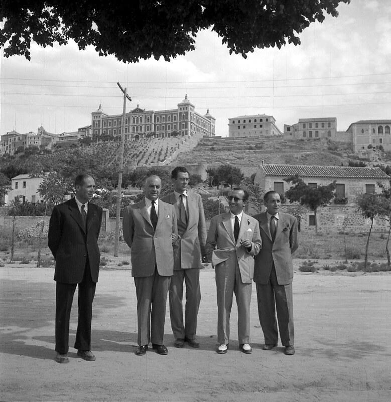 Autoridades y personas influyentes de Toledo en la puerta del Restaurante Venta de Aires en los años 50. Fotografía de Nicolás Muller  © Archivo Regional de la Comunidad de Madrid, fondo fotográfico