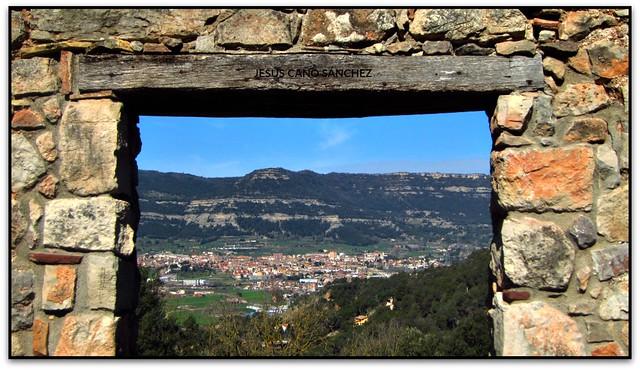 Centelles a través de la porta del Saüc, Aiguafreda (el Vallès Oriental)
