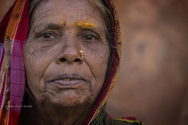 PORTRAIT INDIEN AU TEMPLE DES GROTTES SCULPTÉES