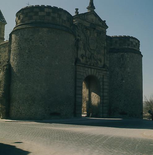 Puerta de Bisagra en Toledo en los años 50. Fotografía de Nicolás Muller  © Archivo Regional de la Comunidad de Madrid, fondo fotográfico