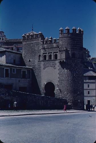 Puerta del Sol en Toledo en los años 50. Fotografía de Nicolás Muller  © Archivo Regional de la Comunidad de Madrid, fondo fotográfico