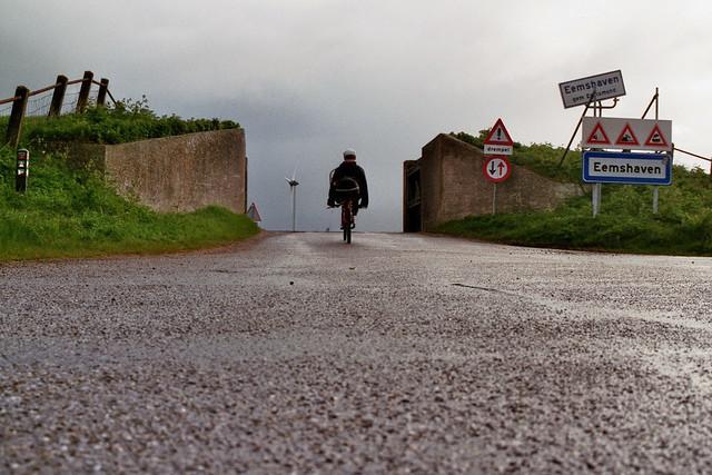 Door de dijkcoupure naar Eemshaven