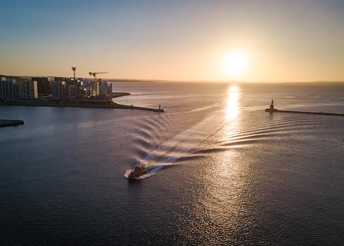 aarhus aarhushavn båd indsejlning isbjerget pilotbåd solopgang sommer aarhusmunicipality denmark dk fotodennisborupjakobsen