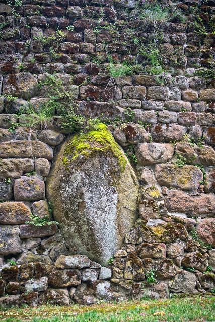 Le menhir encastré dans la muraille de Saint Romain d'Ay, Ardèche.