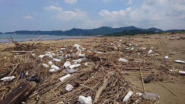 充滿廢棄物的沙灘