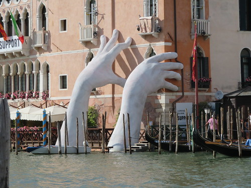 """""""Support"""" di Lorenzo Quinn (Venezia 2017) 