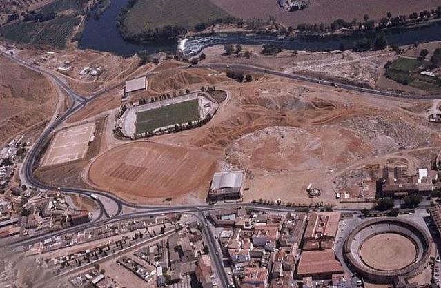 Vista aérea del Salto del Caballo hacia 1980, se observa la explanación para la pista de atletismo