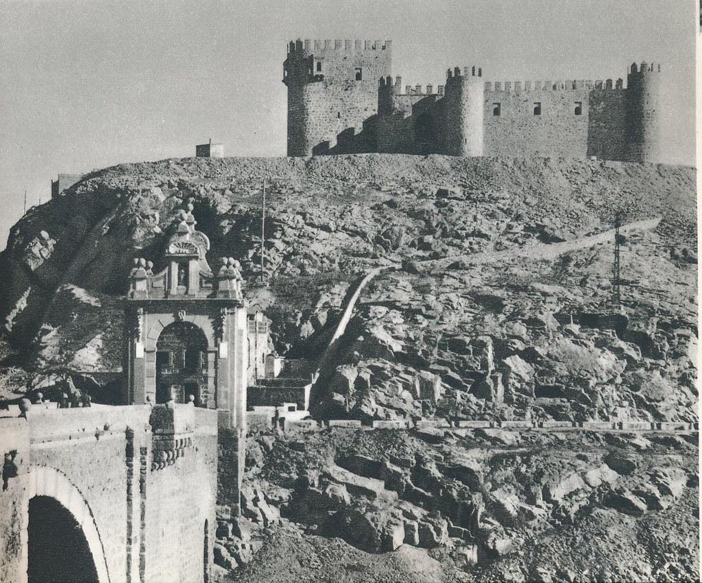Castillo de San Servando y Puente de Alcántara a mediados del siglo XX. Foto de Robert Julia.