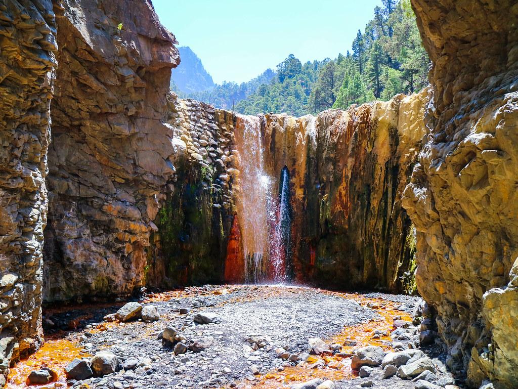 Cascada de Colores en La Palma es un lugar a visitar las islas Canarias