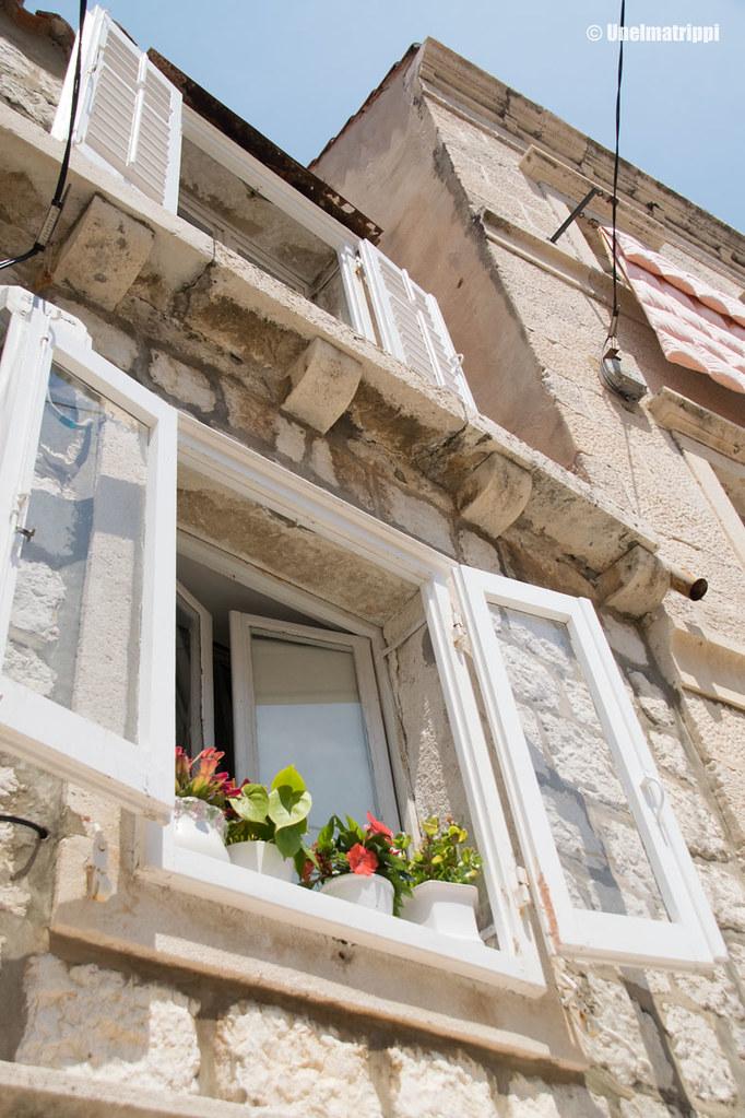 Vanhan talon avoimia ikkunaluukkuja Dubrovnikissa