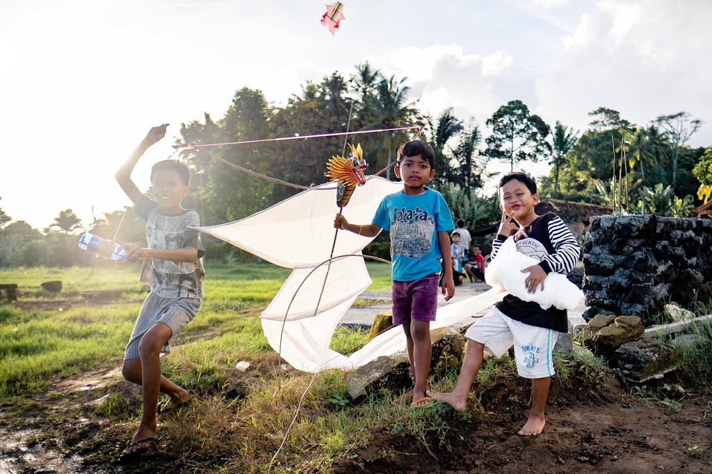 Prêt au décollage ! Ready to go ! Un jeune garçon pose fièrement avec son cerf volant.
