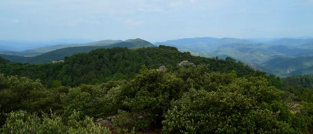 Muraille de Montcalm, vue sur les Cévennes, hameau de la Cabane à gauche au second plan