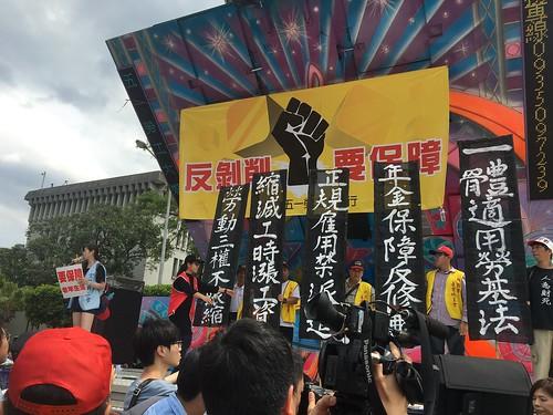 圖02黑色幡布標示本次遊行的主訴求