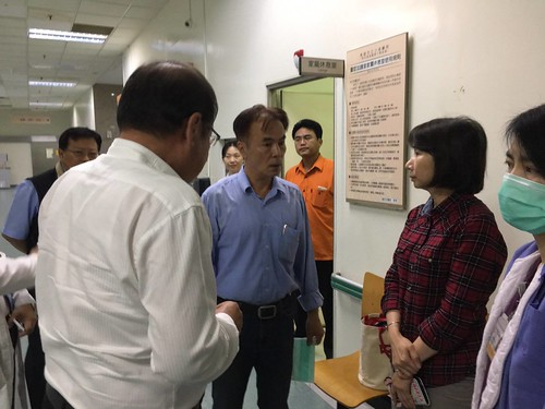 圖05莊理事長與陳枝章董事慰問受傷同仁家屬
