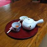 お茶と突き出しの島豆腐とニンジンの煮物