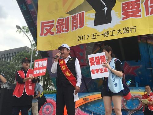 圖01莊理事長於遊行的行動舞台上喊話激勵士氣
