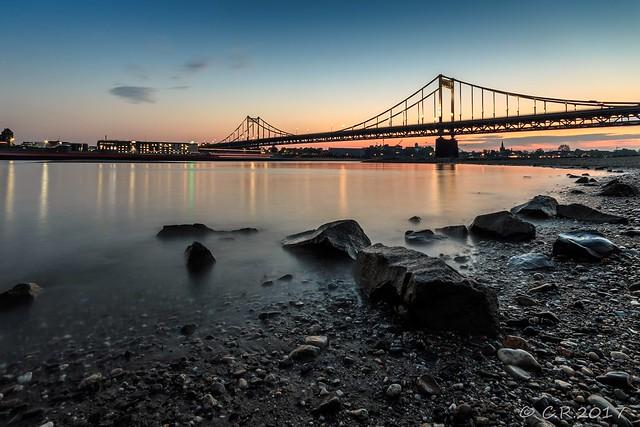 Uerdinger Rheinbrücke zur blauen Stunde