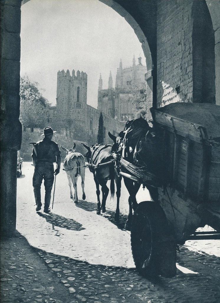 Un carro pasa bajo la Puerta del Cambrón de Toledo hacia 1967 por Marc Flament.