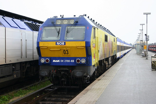 NOB: DE 2700-03 mit Marschbahn-Express aus Married-Pair-Wagen in Westerland/Sylt