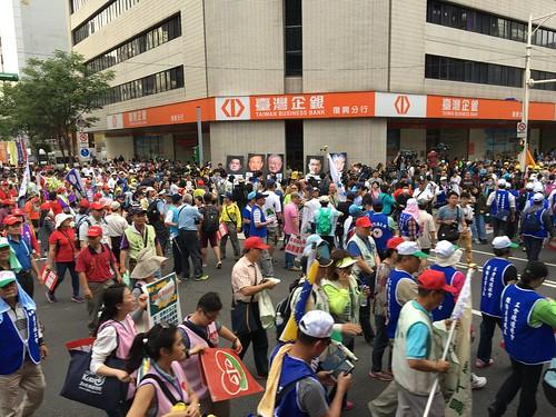 圖07終點--工總,商總所在大樓前做宣示性的抗議