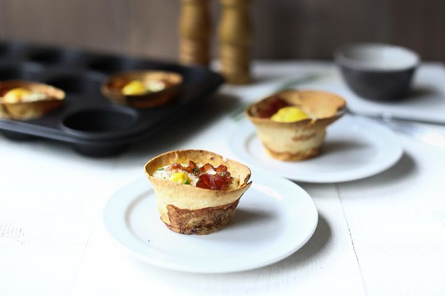 Cracking-bacon-and-egg-breakfast-tortilla-cups-001
