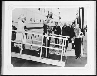 King George VI and Queen Elizabeth disembarking from a ship, Wolfe's Cove, Québec, Quebec / Le roi George VI et la reine Élisabeth débarquant d'un navire à l'anse au Foulon, Québec (Québec)