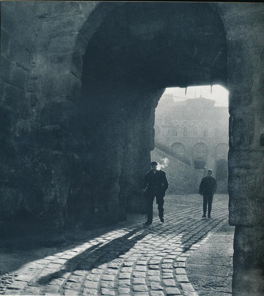 Un hombre fumando bajo la Puerta de Valmardón de Toledo hacia 1967 por Marc Flament.